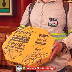 delivery motoqueiro caixa na mão